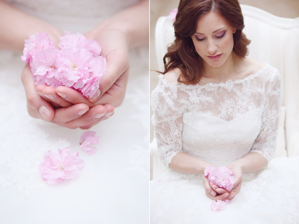 Photo bride holding cherry blossom petals in her hands