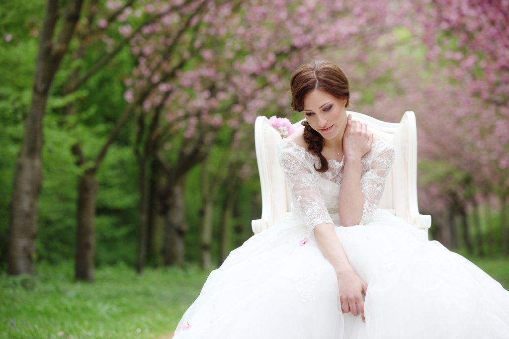 Photo dreamy and sensual bride on armchair in alley