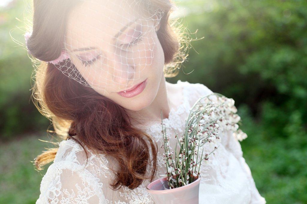 Photo bride enjoying sunrays