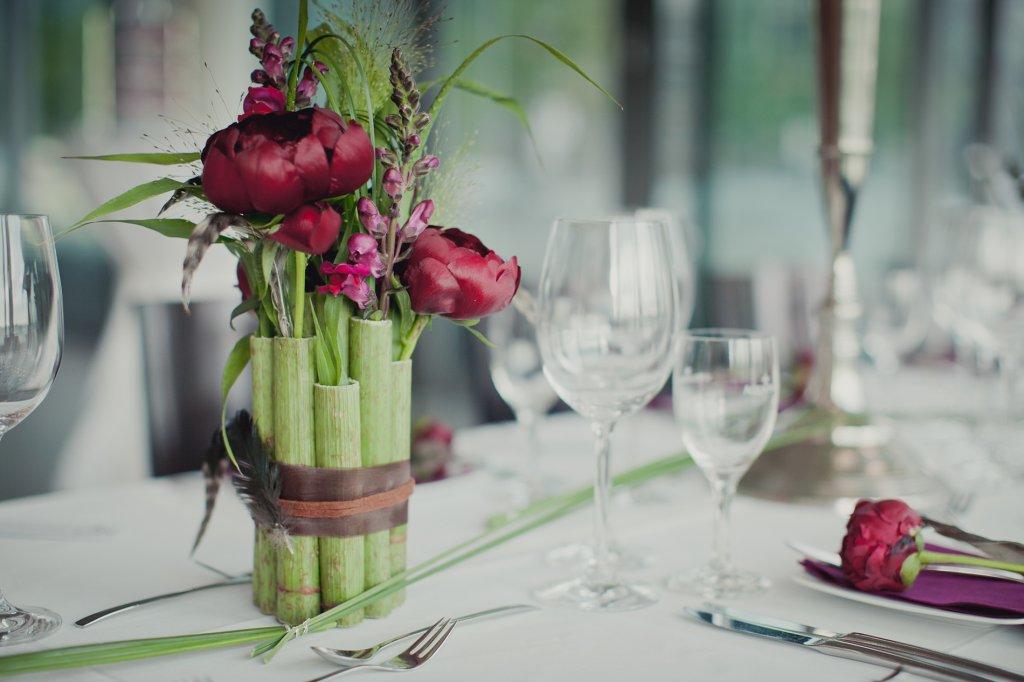 Photo Hochzeitsdekoration in Beerentönen mit grünem Bambus.
