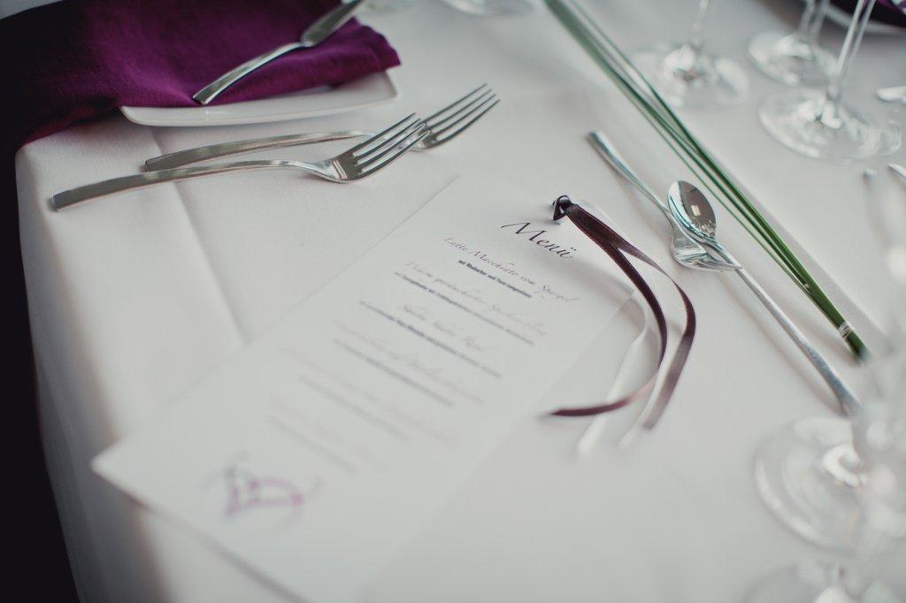 Photo Elegante Menükarte mit Bändern für die Hochzeitsfeier.