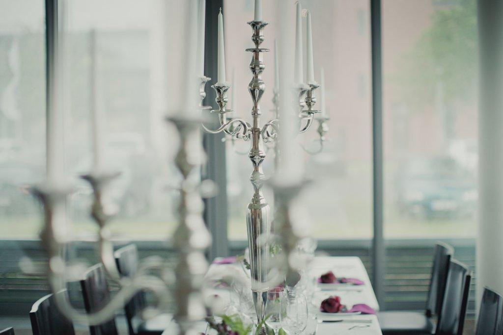 Photo Tischarmleuchter mit weissen Kerzen.