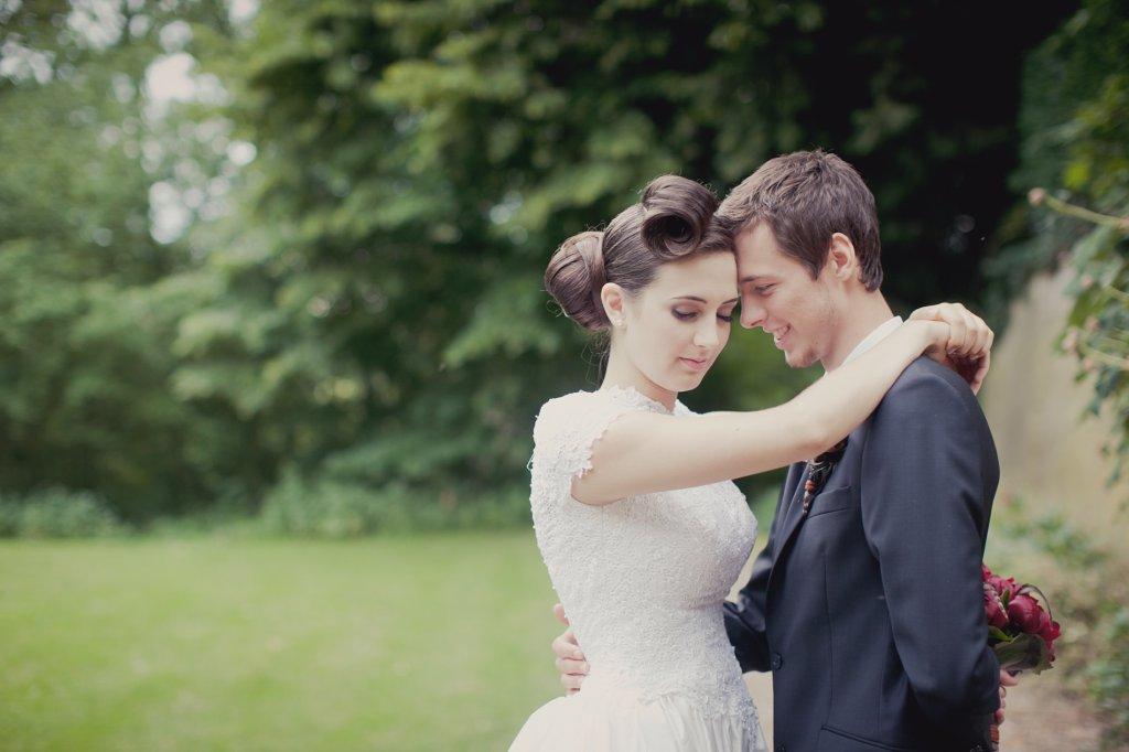 Photo Brautpaar im Park, verliebt.