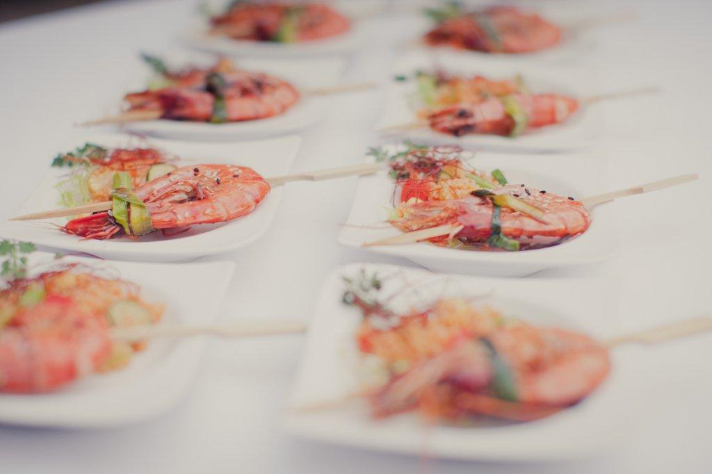 Photo Hochzeitsempfang, Hors d'oeuvres mit Garnelenspiessen.