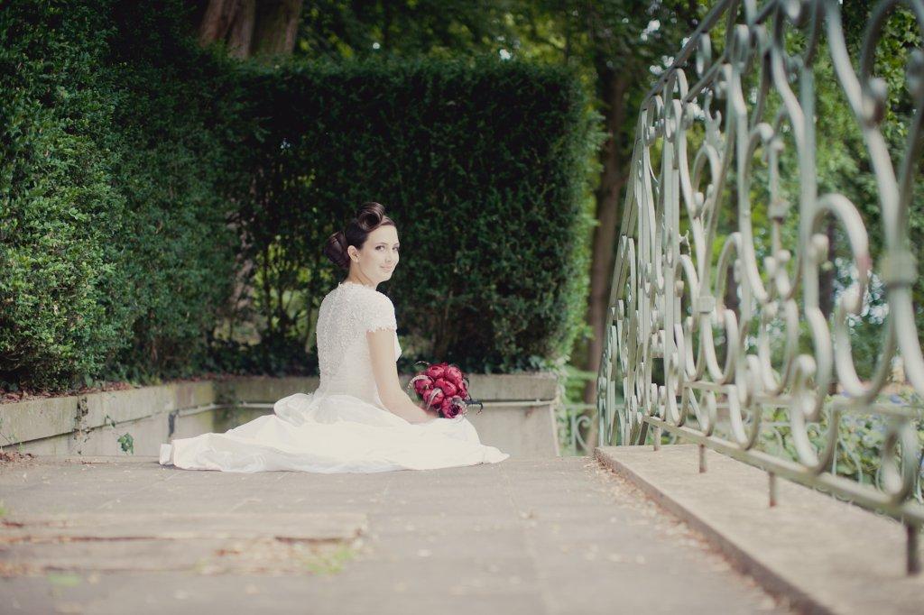 Photo Braut sieht über ihre Schulter.