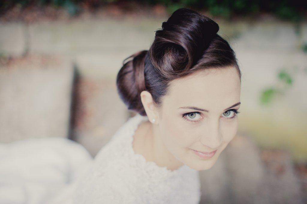 Photo Lächelnde dunkelhaarige Braut mit hochgesteckter Frisur.