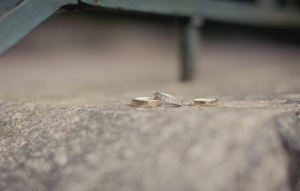 Photo Eheringe und Verlobungsring auf Stein