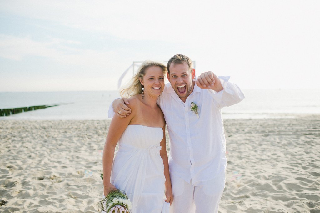 Photo bride and groom having a ball at the beach