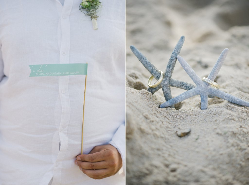 Photo wedding bands in the sand