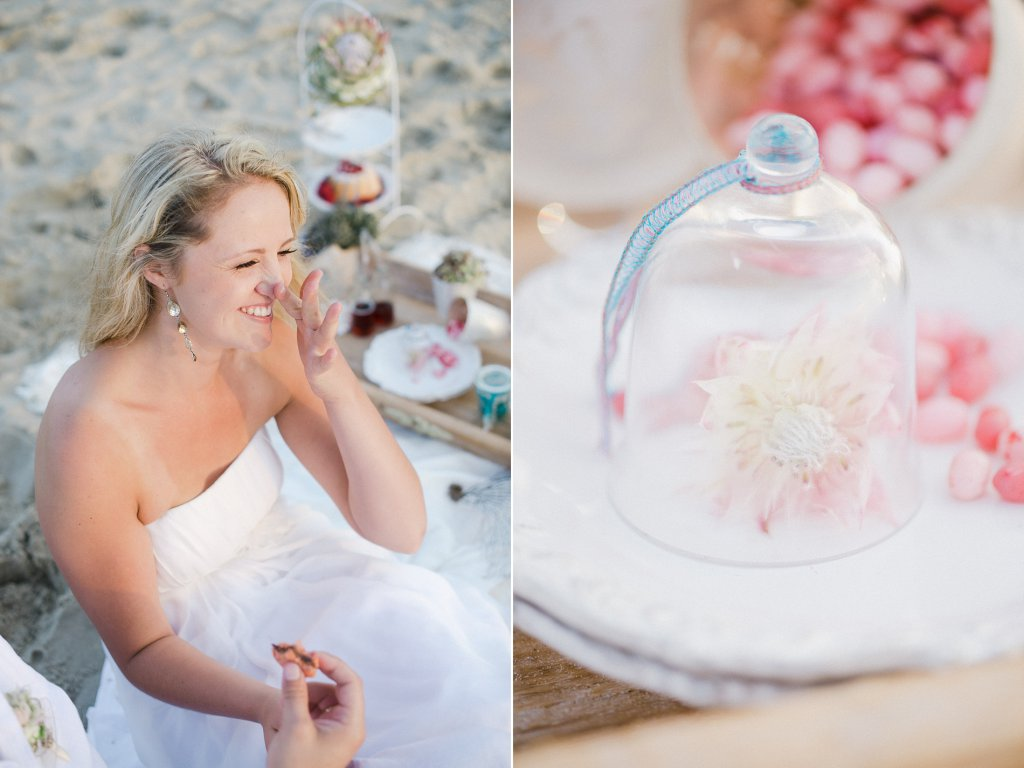 Photo giggling bride at the beach picnic