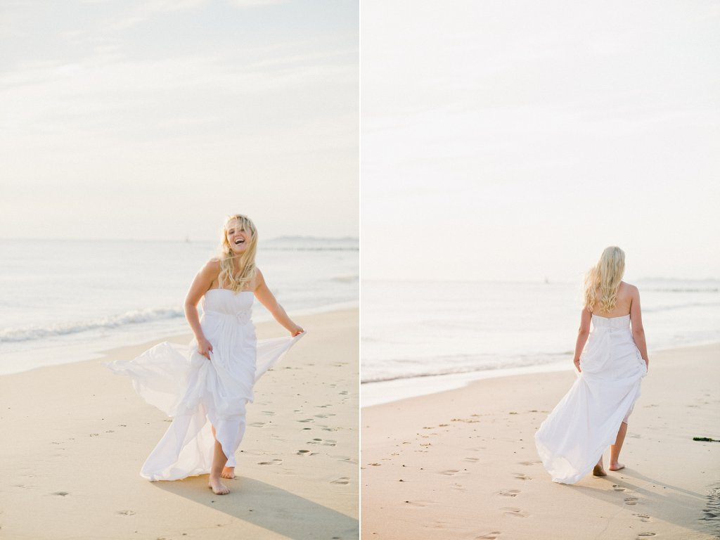 Photo bride walks along the beach
