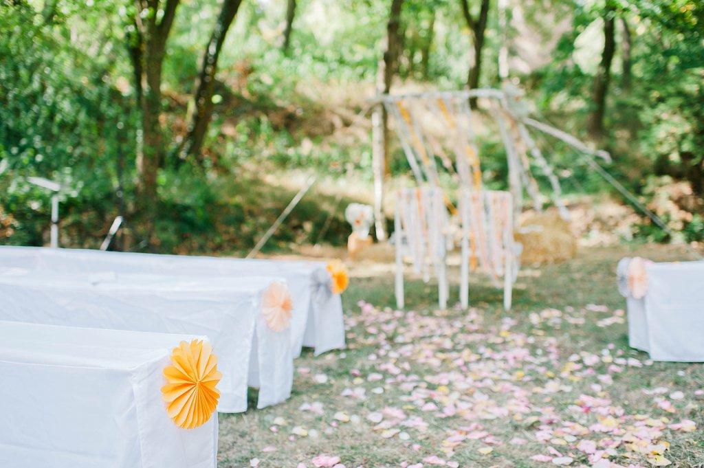 Photo Dekorierte Outdoor Hochzeitszeremonie mit Rosetten.