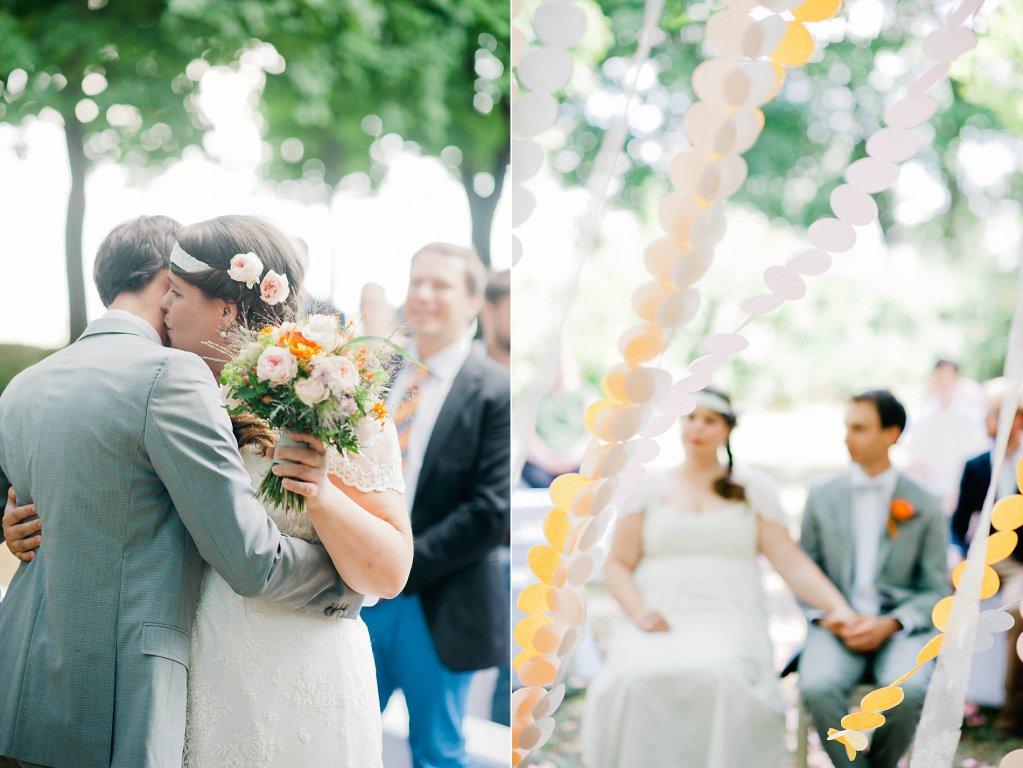 Photo Brautpaar küsst sich bei der Zeremonie
