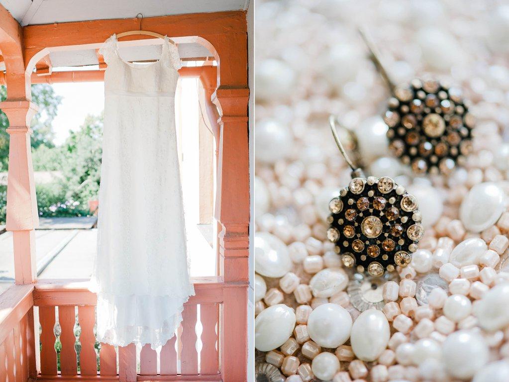 Photo Hängendes Brautkleid und passende Ohrringe im Vintage Stil