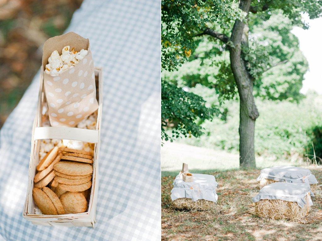 Photo Picknickkorb mit Plätzchen und Popcorn auf Heuballen.