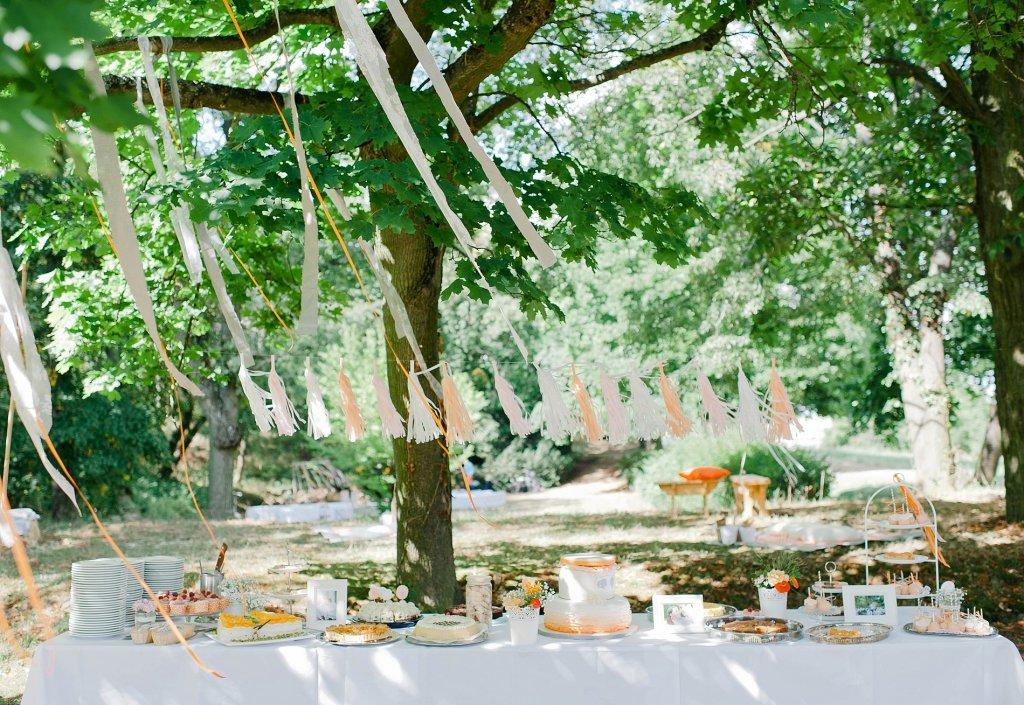 Photo Kuchenbuffet mit Hochzeitstorte