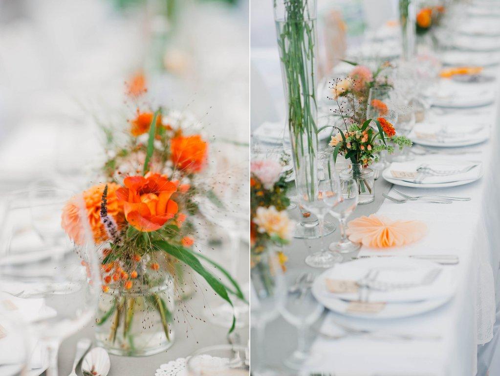 Photo Tischdekoration mit orangefarbener Floristik, vintage.