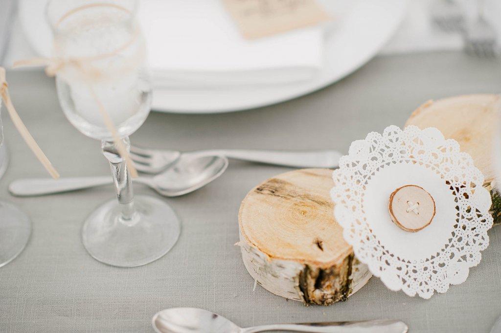 Photo Tischdekor auf Vintage-Hochzeit mit Birkenholzscheiben.