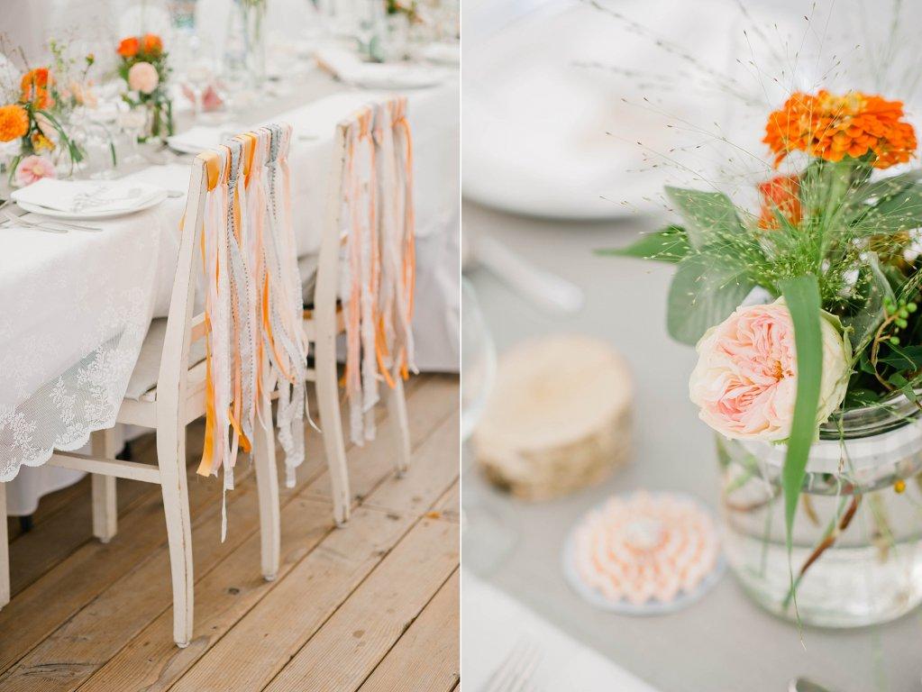 Photo Brautstühle mit vielen Bändern in Schattierungen von orange und grau.