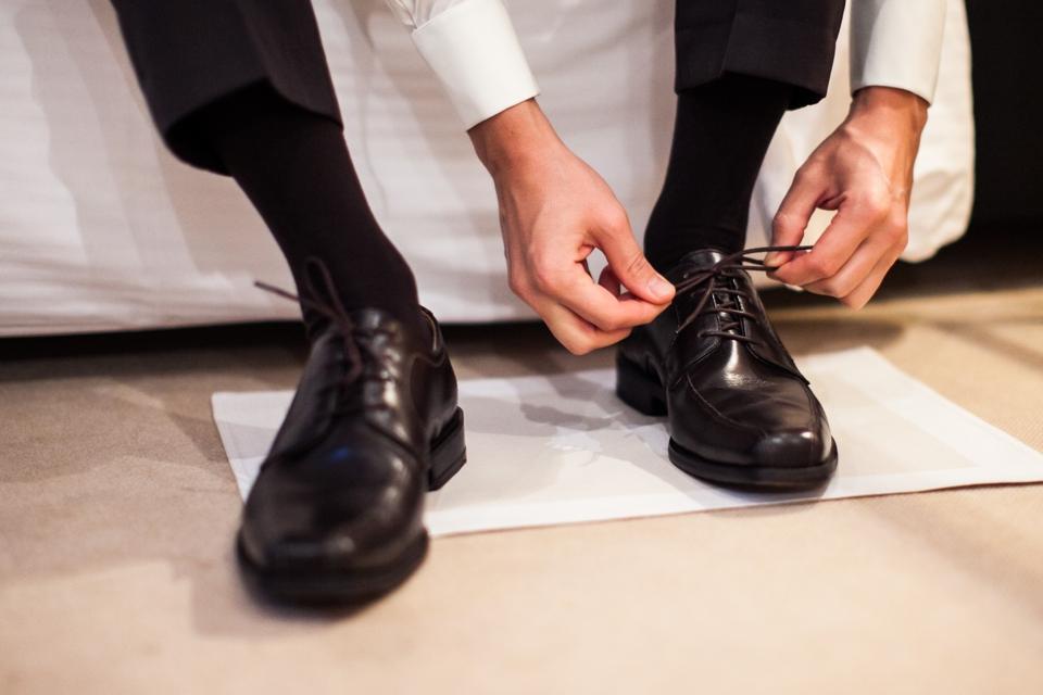 Photo Bräutigam ziehe Schuhe an, schwarz