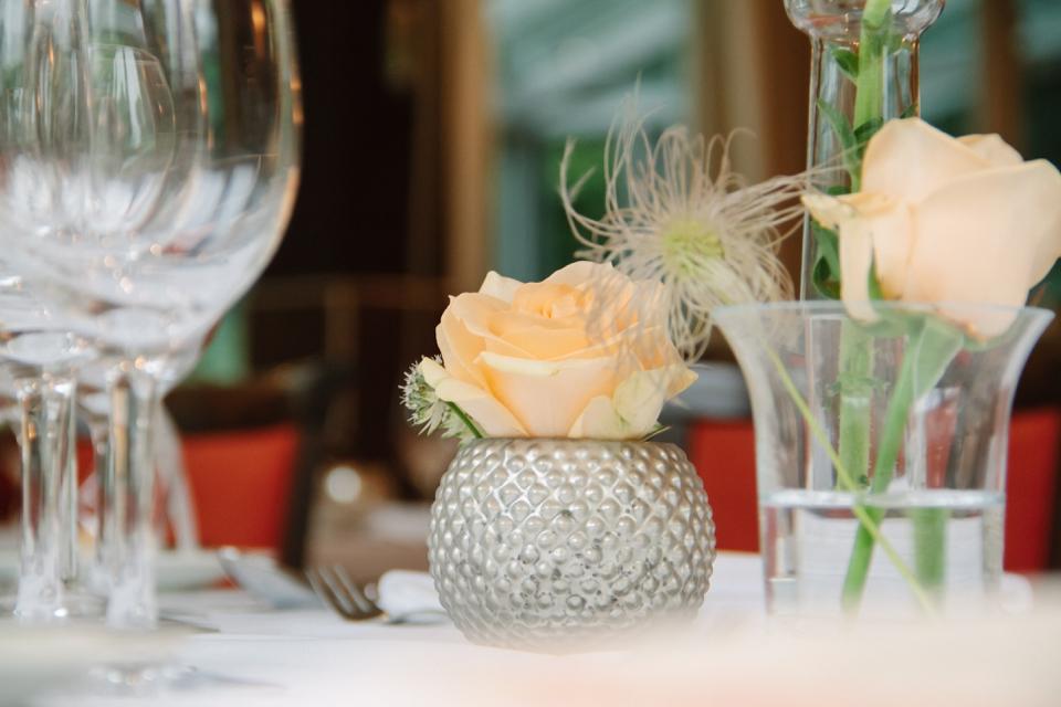 Photo Silbergefäß mit Rose, puderfarben