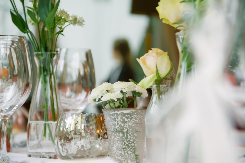 Photo Tischdekor mit Rosen, puderfarben