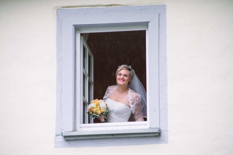 Photo Braut am Fenster, gelber Brautstrauss